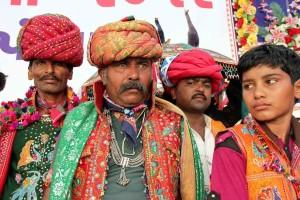 Uomini con abiti tipici del Gujarat