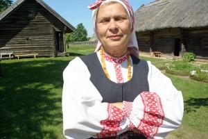 Donna lituana col costume tradizionale