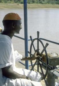 Sudan, il timoniere alla guida il pontone