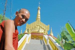 Monaco e tempio in Bangladesh