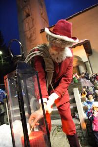 Lo spazzacamino vestito da Babbo Natale