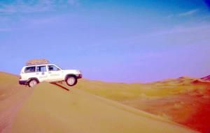 Oman. auto su una duna del deserto di Rub Al Khali
