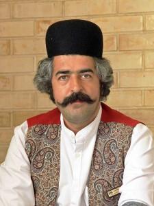 Iran, un iraniano con l'abbigliamento tipico