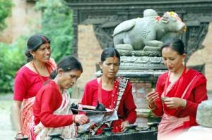 Nepal, le donne nei loro variopinti abiti