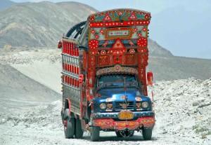 Un colorato camion nel Pakistan