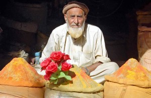 Un uomo in un bazar