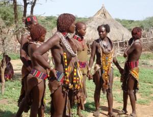 Un gruppo di donne della tribù degli Hamer