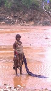 Donna Hamer lava al fiume