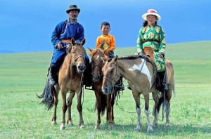 Mongolia, tutti vanno a cavallo indipendentemente dal sesso o dall'età