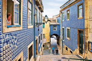 Lisbona, un vicolo caratteristico con i muri delle case ricoperti da azulejos