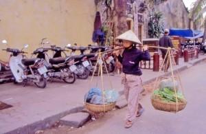 Vietnam, donna con pesi sulle spalle