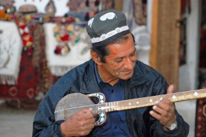 Uzbekistan, un musicista col caratteristico strumento