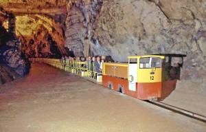 Postumia, il trenino con cui si visitano le grotte