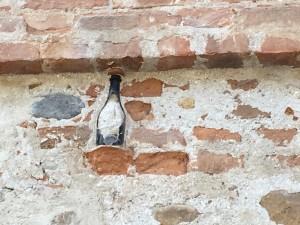 Il destino è una bottiglia cementata nel muro di un fienile